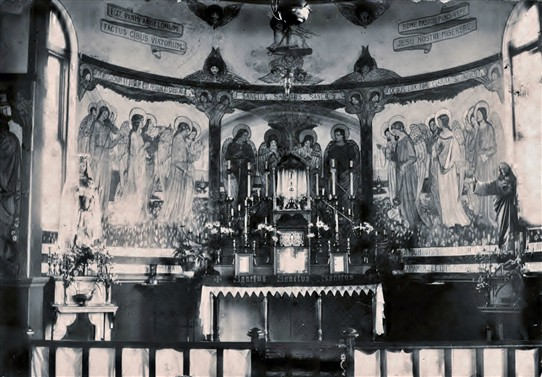 Photo:The altar had frescoes painted on the walls that isn't there today.